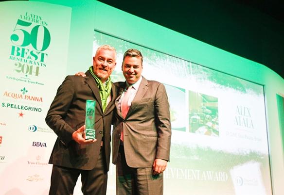 O chef brasileiro Alex Atala recebe o prêmio pelo Conjunto de sua Obra - Foto Latin America's 50 Best Restaurants